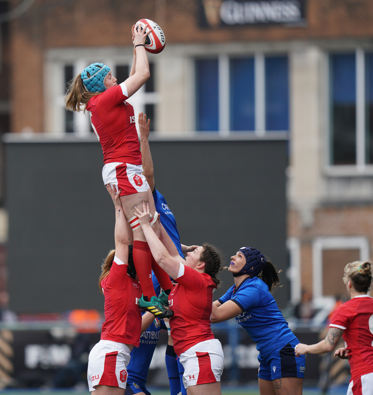 SA900655.jpg :: Gwen Crabb (Wales) in action during the  Womens Six Nations Rugby at Cardiff Arms Park Cardiff United Kingdom on February 02 2020 Graham / GlennSports