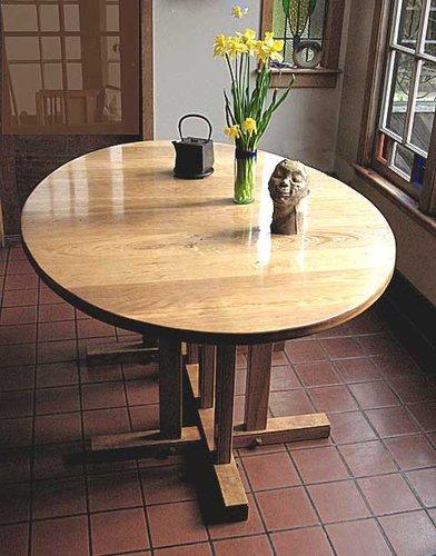 Table.-head.-daffies-and-te.jpg