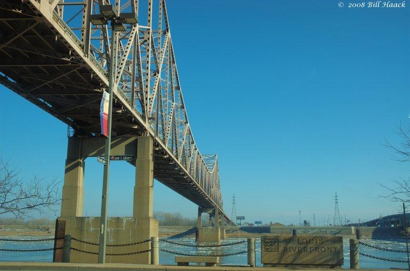 60_DSC_4454 bridge over Mississippi ice floes 012608.jpg