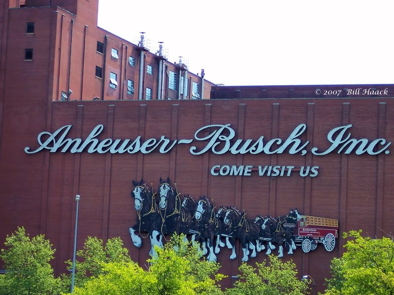 64_100_0402 AB brewery 050705.jpg :: The main brewery of Anheuser Busch in St. Louis MO. is located right next to the world headquarters of AB at it's location just off the Mississippi River. Multiple daily tours of the brewery are held are frequented by tourists and natives alike.