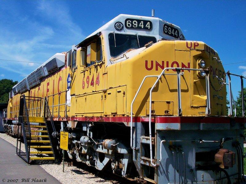 89_100_0142 yellow Union Pac engine 080604.jpg