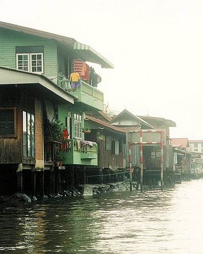 Dwellings in the backwaters of Bangkok 1.jpg