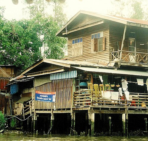 Dwellings in the backwaters of Bangkok 2.jpg
