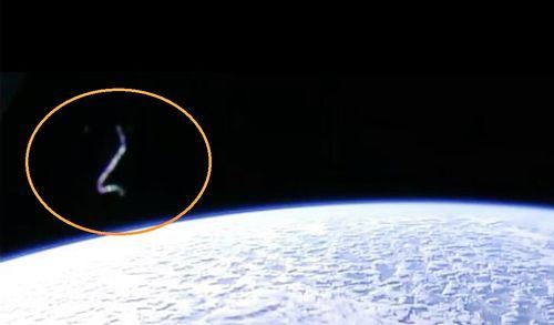 4-5-16  UFO AND I.S.S IN ORBIT--NASA--PIC 1.jpg